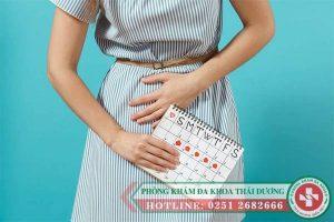 Trễ kinh và đau bụng dưới là bị gì? có thai không?